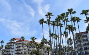 リゾートマンションと青い空