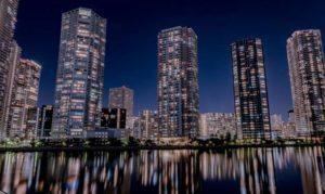 夜に映えるタワーマンションの群