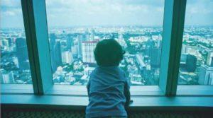 タワーマンションでエレベーターを待つ子ども