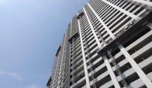 タワーマンションの大規模修繕工事でゴンドラを使用している様子