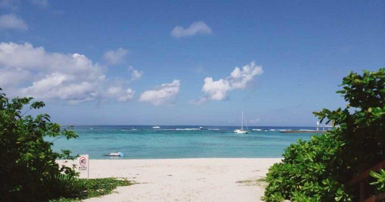 沖縄ブセナテラスの晴れたときのビーチ前の様子