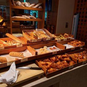 ブセナテラスのラ・ディーダの朝食ビュッフェのパンが並ぶ様子