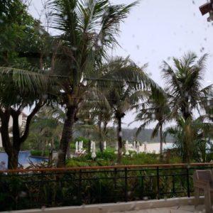 ブセナテラスのラ・ディーダから見る雨の外の景色
