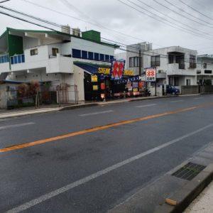 道路越しのステーキハウス88の恩納村のお店の外観