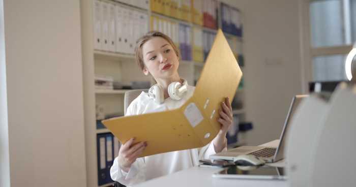 監事として会計、業務監査を行う女性