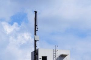 マンション屋上に設置された携帯基地局の写真