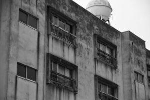 老朽化、スラム化が進んだマンションのイメージ写真