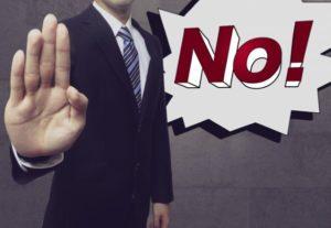 マンション管理組合役員への就任を断るスーツの男性