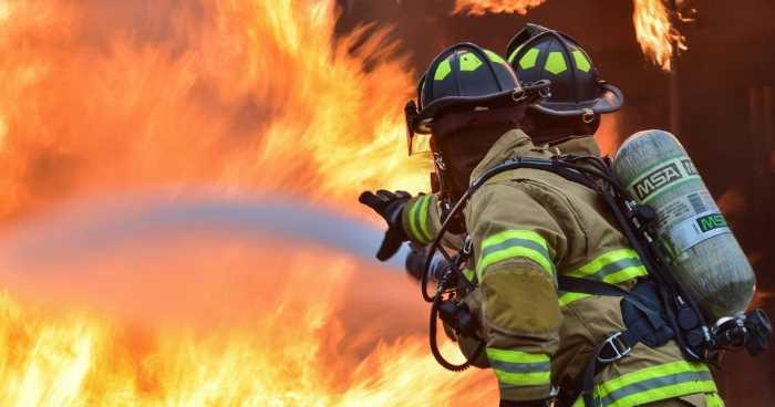 消火活動中の火災の様子