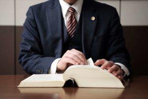 管理費滞納の解消ために法律を確認する弁護士